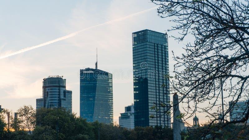 Warszawacentrum med slotten av kulturvetenskap arkivbilder