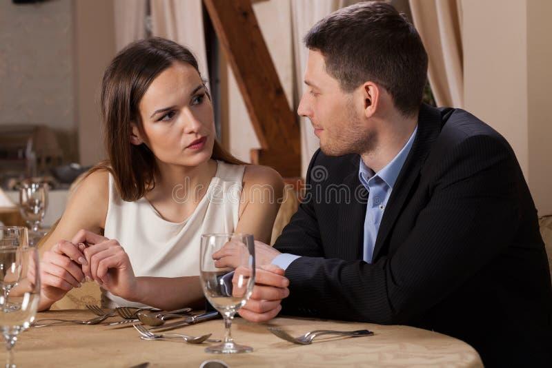 Warteabendessen der jungen Paare stockfotografie