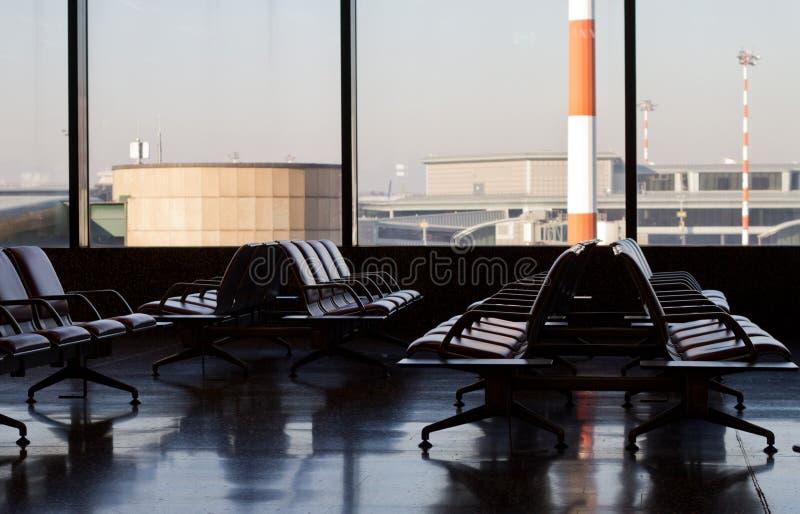 Warteaufenthaltsraum im Flughafen stockbild