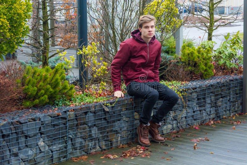 Wartedatum des traurigen jugendlich Jungen, das Gefühl dissatisfi im Freien sitzt stockfotos