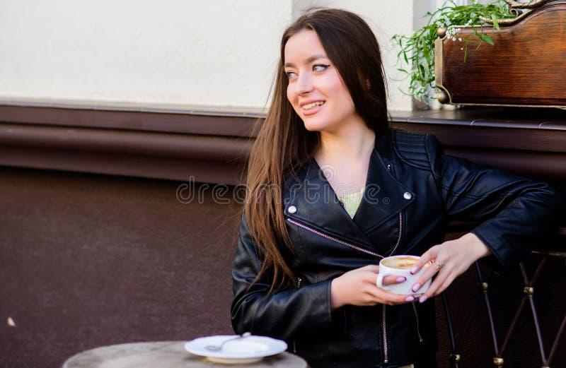 Wartedatum Guten Morgen Fr?hst?ckszeit M?dchen entspannen sich im Caf? Kaffeetasse und handliche ge?ffnete ?berausgabe Sommer Fr? stockbild