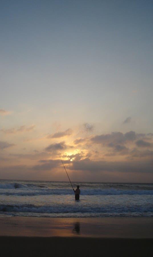 Wartefische des einzigen geduldigen Fischers, zum des Köders zu nehmen stockfotografie