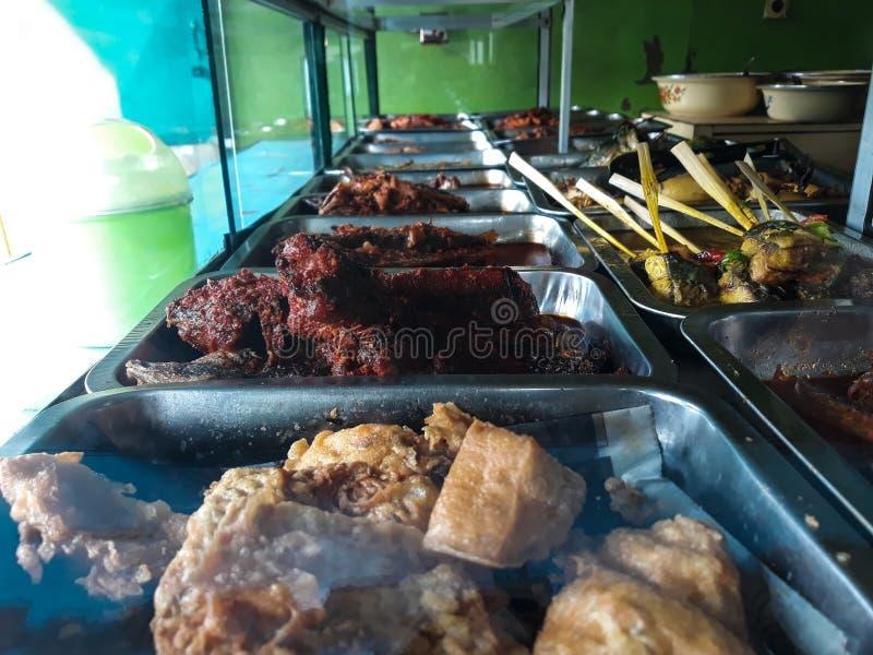 Warteg di Nasi su cucina tradizionale dell'indonesiano del ristorante fotografia stock libera da diritti