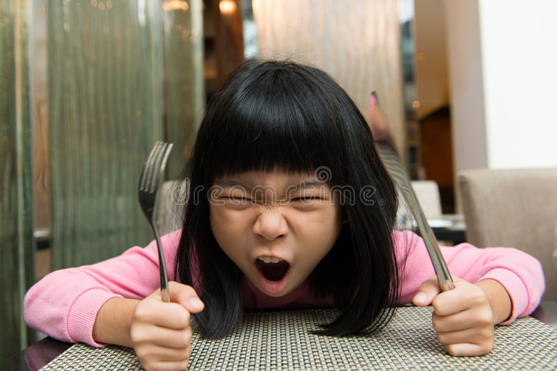 WarteLebensmittel des hungrigen Mädchens stockbilder
