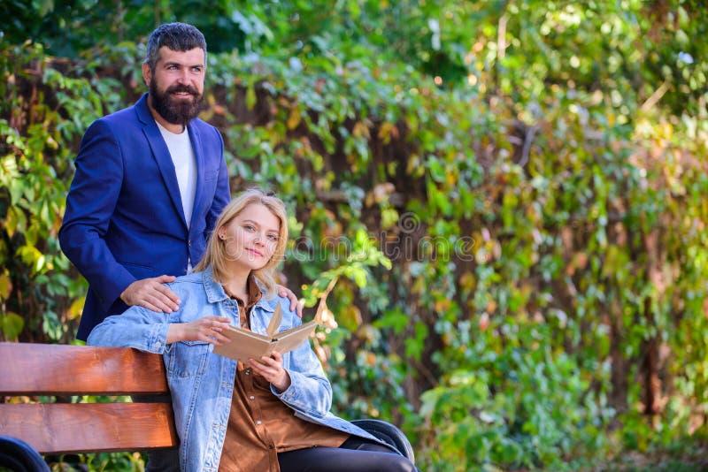 Warten Sie auf ihn Datum Datierung in Park Bester Platz des Parks für romantisches Datum Romantisches Beziehungskonzept Paare in  lizenzfreie stockfotos