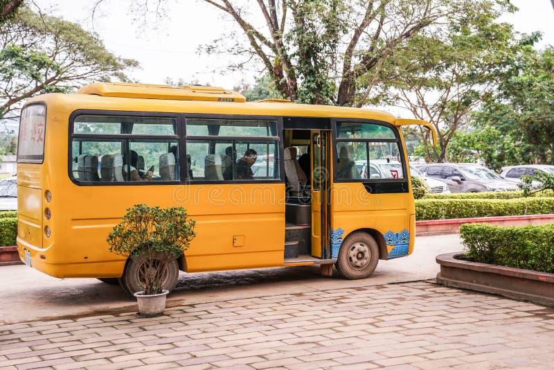 Wartepassagiere gelben Laos-Busses stockfotografie