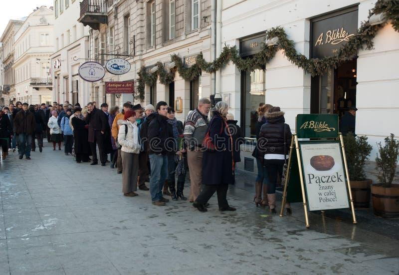 Warteschlange für Krapfen von A.Blike in Warschau stockbild