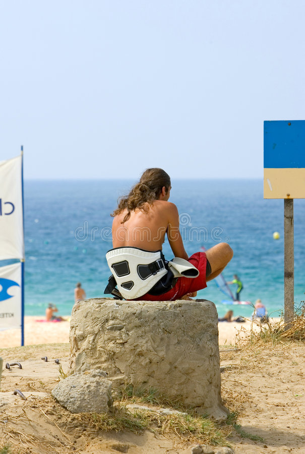 Wartewellen und Wind des jungen Drachen-Surfergecken lizenzfreie stockbilder