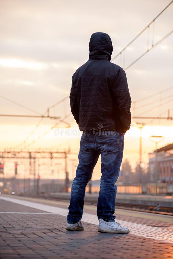 Wartezeiten für den Zug stockbilder