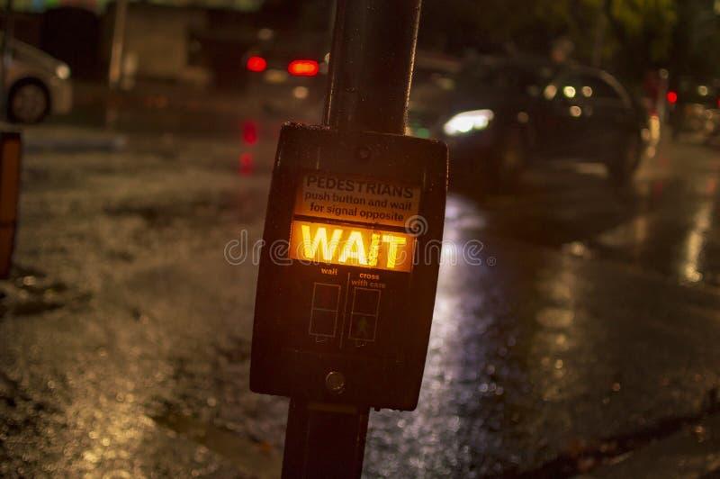 Wartezeitzeichen-Kastenknopf in London w?hrend der Nachtzeit f?r die Kreuzung der Stra?e lizenzfreie stockbilder