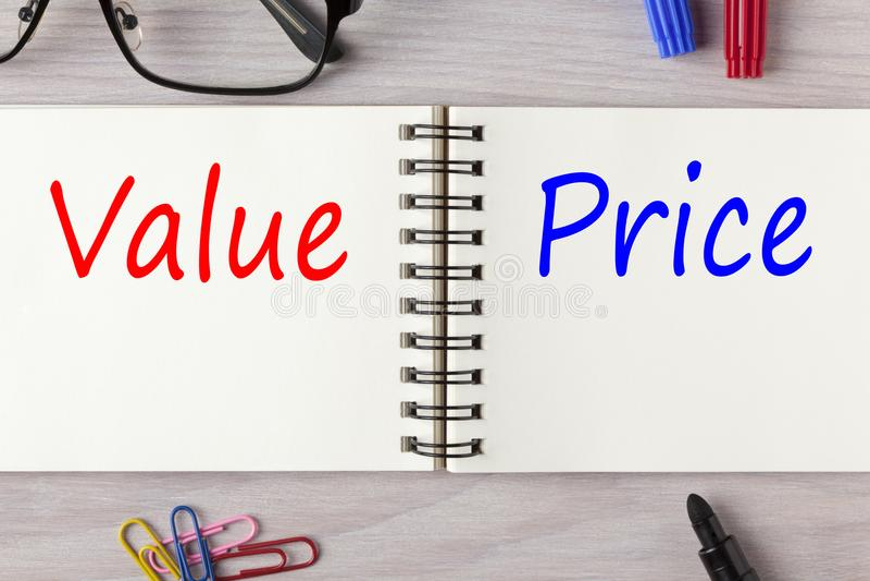 Wartość i cena pisać na notatniku fotografia royalty free