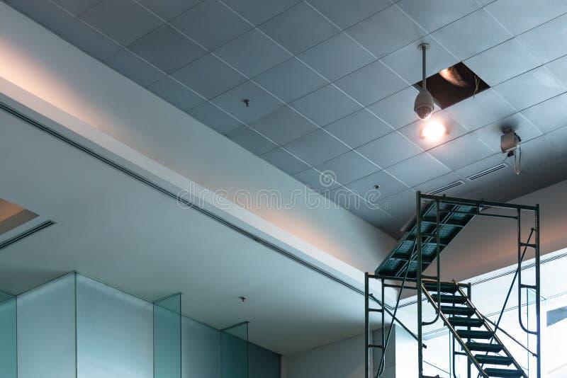 Wartung elektronischer CCTV im modernen Gebäude stockfotografie