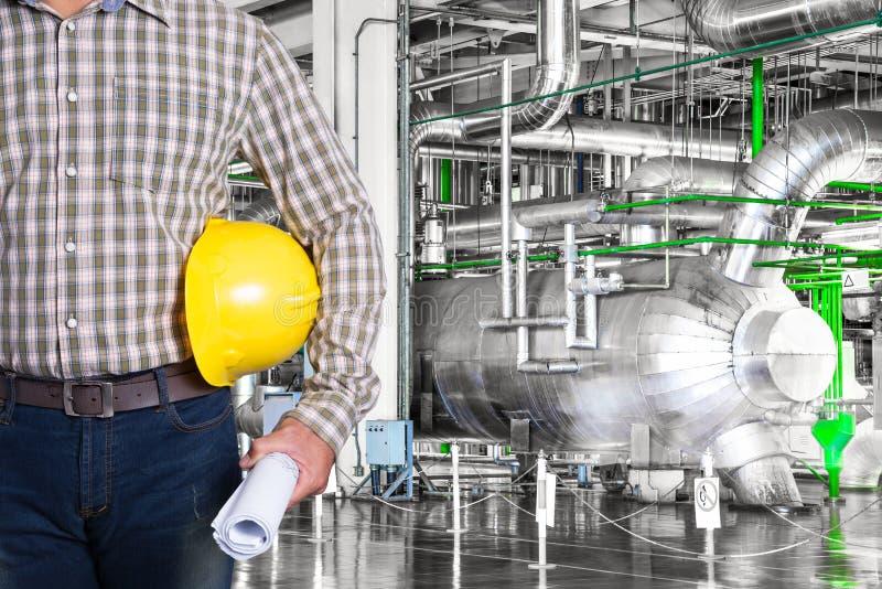 Wartungstechniker innerhalb der Wärmekraftwerkfabrik stockbild