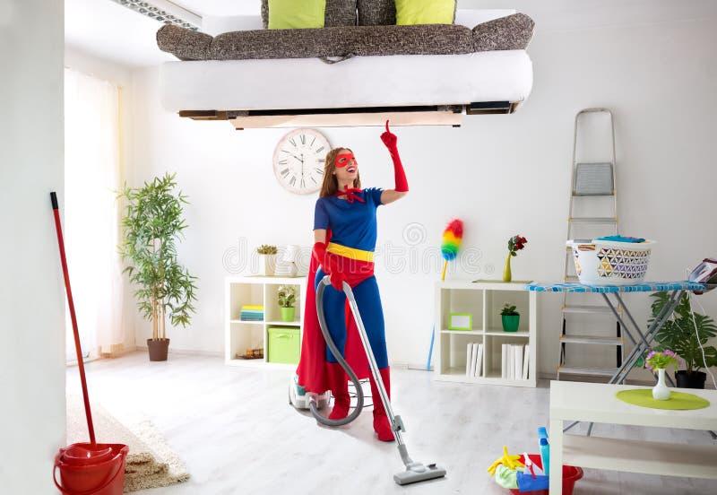 Warty super bohatera kobietę w kostiumowego use próżniowym cleaner zdjęcie stock