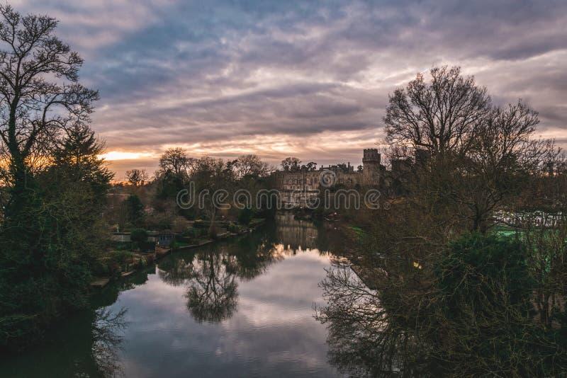 Warwich slott sikt för sjö royaltyfria bilder