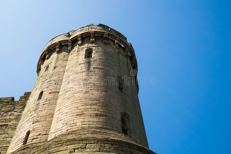 Warwick Castle beskådade från flodsidan Warwick Warwick Castle, UK, May5,2018 Slotttorn royaltyfri bild