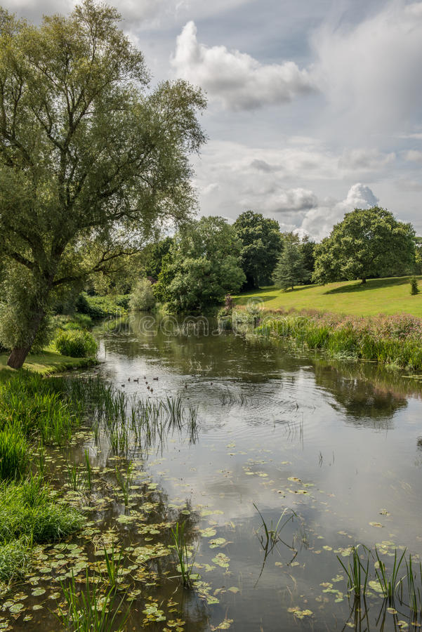 Warwick Castle Mill Pond royaltyfria foton