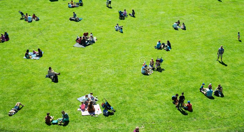 Warwick, Warwick Castle, R-U, le 5 mai 2018 Groupes de personnes ayant le pique-nique se reposant sur l'herbe photo libre de droits