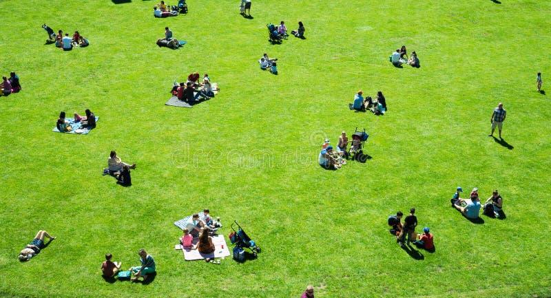 Warwick Warwick Castle, UK, Maj 5, 2018 Grupp människor som har picknicksammanträde på gräs royaltyfri foto