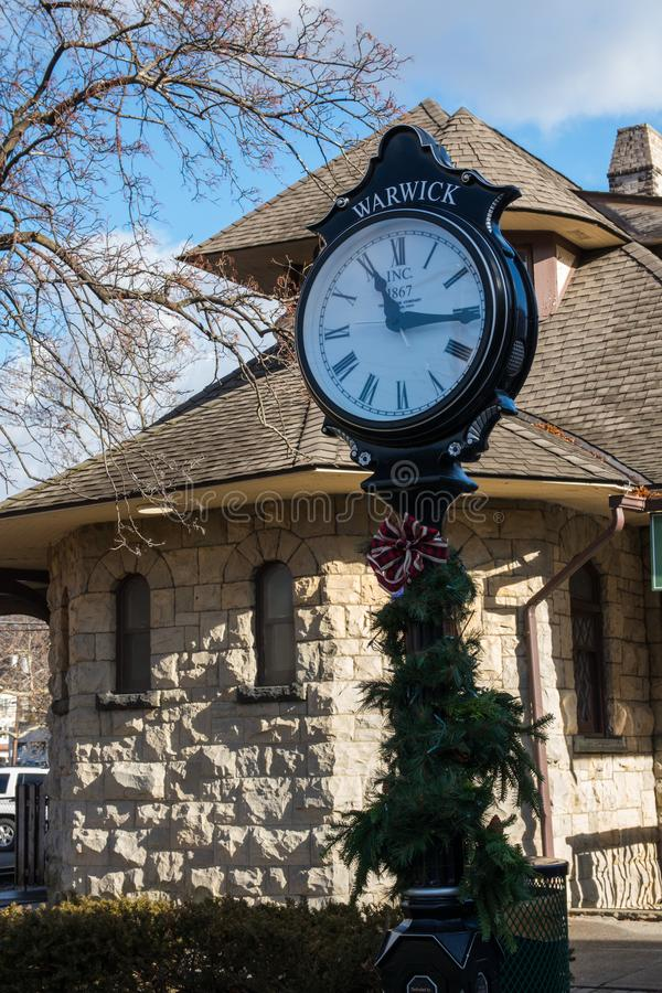 Warwick, NY Estados Unidos - 4 de enero de 2019: Reloj y estación del poste del verde del ferrocarril de Warwick fotos de archivo libres de regalías