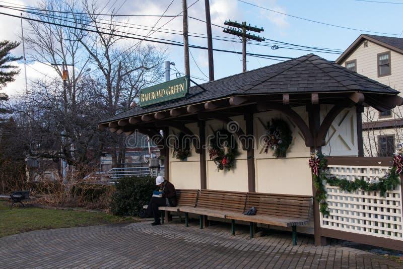 Warwick, NY Estados Unidos - 4 de enero de 2019: Reloj y estación del poste del verde del ferrocarril de Warwick imágenes de archivo libres de regalías