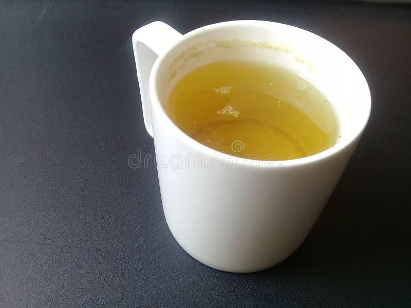Warzący fragrant qahwa Na stole, zielona herbata lub qehwa lub zdjęcia royalty free