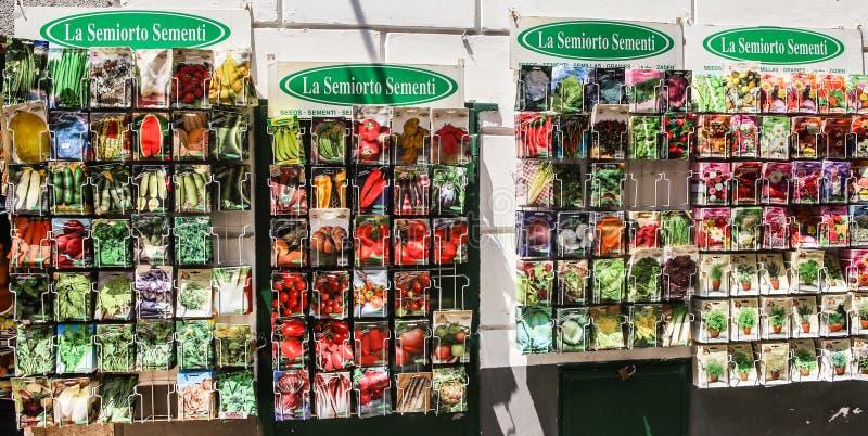 Warzyw ziarna w paczkach, dla sprzedaży w Amalfi miasteczku obrazy royalty free