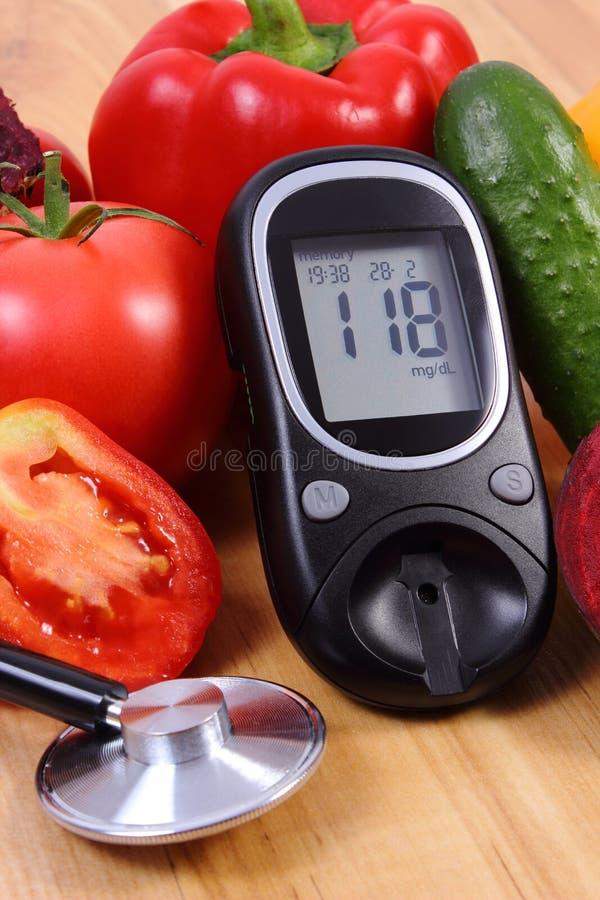 Warzywa, glucometer i stetoskop na drewnianej powierzchni, zdrowy styl życia, odżywianie, cukrzyce obraz royalty free