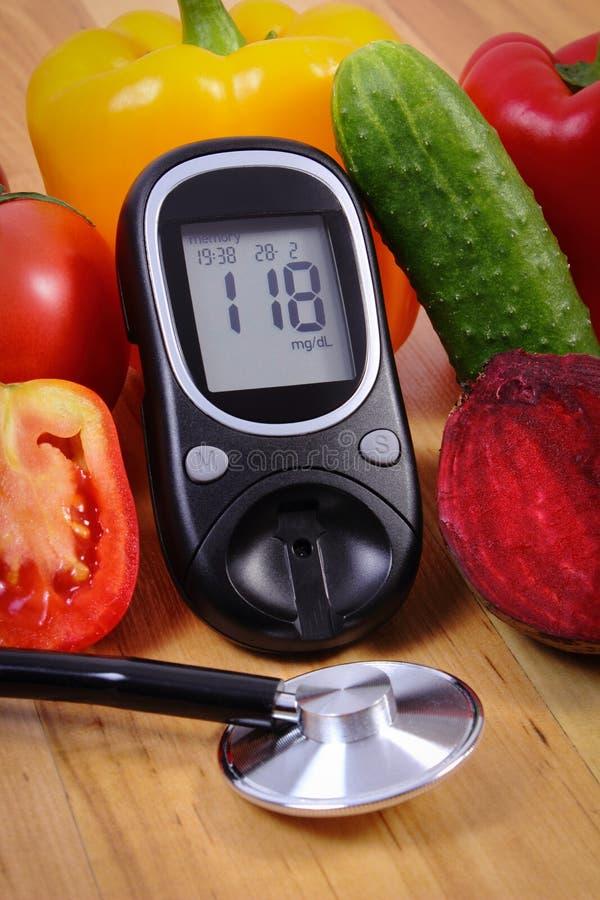 Warzywa, glucometer i stetoskop na drewnianej powierzchni, zdrowy styl życia, odżywianie, cukrzyce obrazy stock