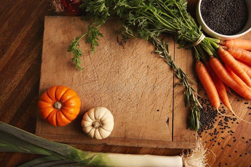 Warzywa i soczewicy na starej tnącej desce zdjęcie stock