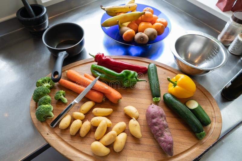 Warzywa na ławce gotowej dla przygotowania zdjęcie stock