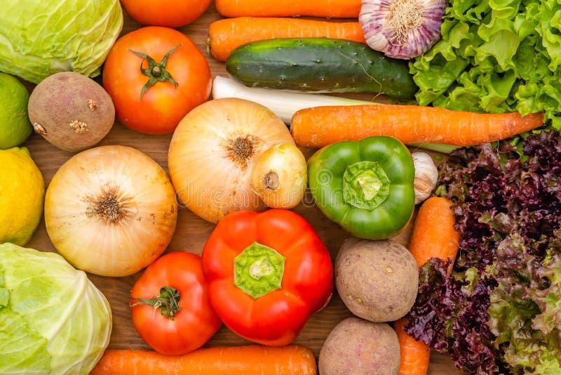 Warzywa na ciemnym tle Organicznie foods i ?wiezi warzywa Og?rek, kapusta, sa?atka, pieprz, cebula, czosnek, marchewka, obrazy stock