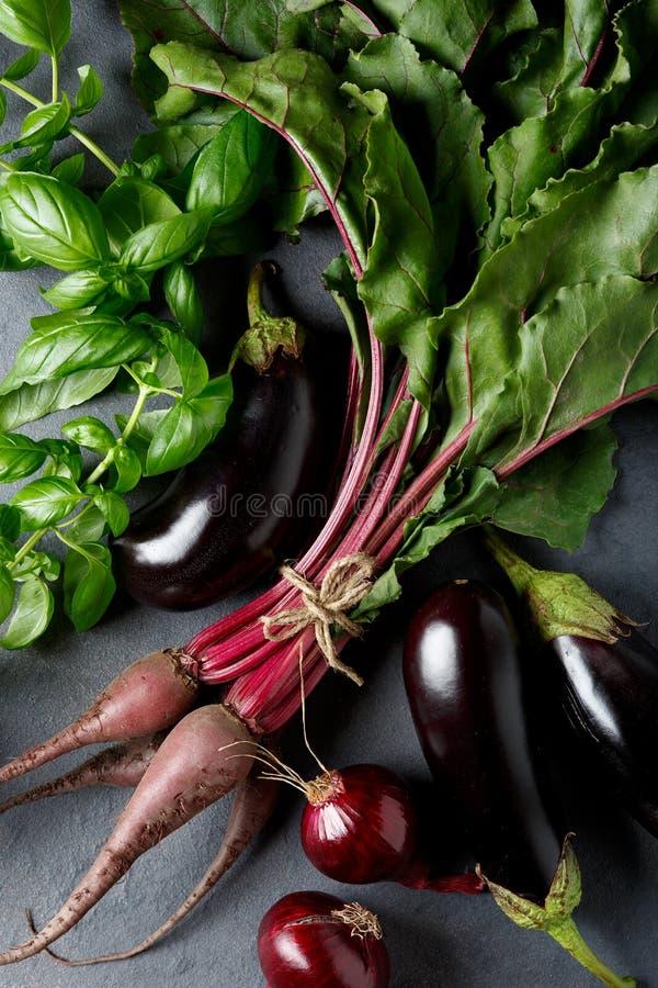 Warzywa na czarnym tle Organicznie foods i ?wiezi warzywa Buraki, cebule i ziele basil, buklazhany, zdjęcia stock