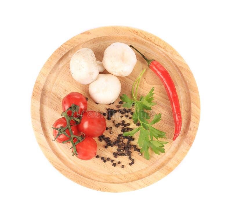 Warzywa na drewnianym półmisku. zdjęcie royalty free