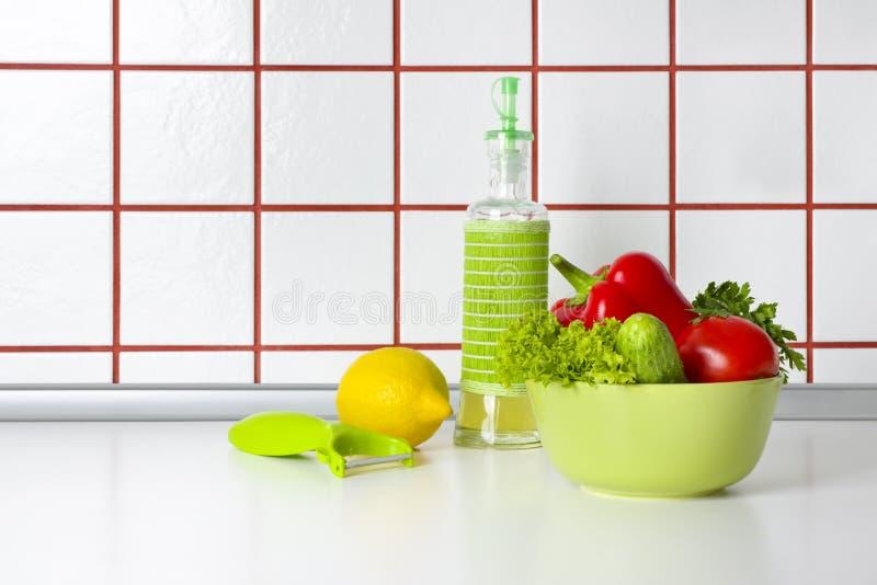 Warzywa, olej i cyklina na kuchennego kontuaru tle, zdjęcia royalty free