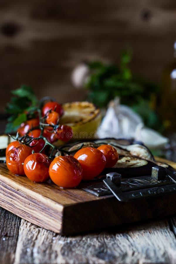 Warzywa półmiski, przekąska z piec czereśniowymi pomidorami, oberżyna, zucchini, cytryna zdjęcia royalty free