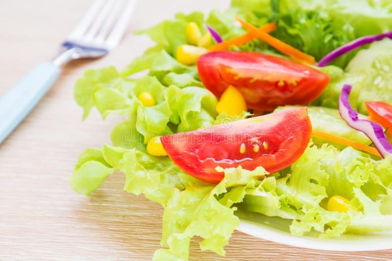 Download Warzywa Sa?atkowi Na Talerzu Zdjęcie Stock - Obraz złożonej z kopiasty, kukurudza: 41951956