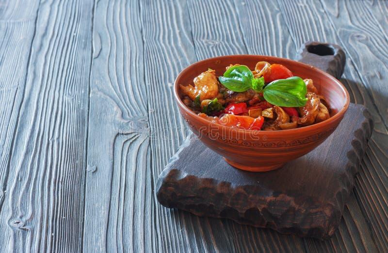 Warzywa stewed w glinianym garnku zdjęcia royalty free