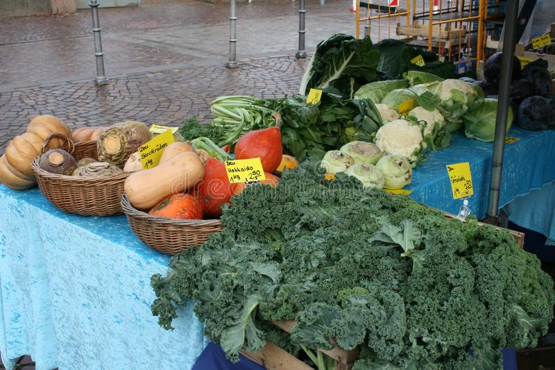 Warzywa wprowadzać na rynek rynku śródmieście w Dieburg, Niemcy obrazy royalty free