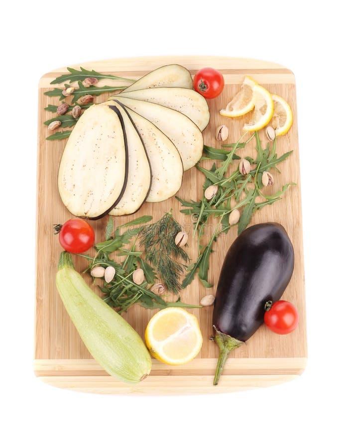 Warzywa z cytryną na drewnianym półmisku obrazy stock