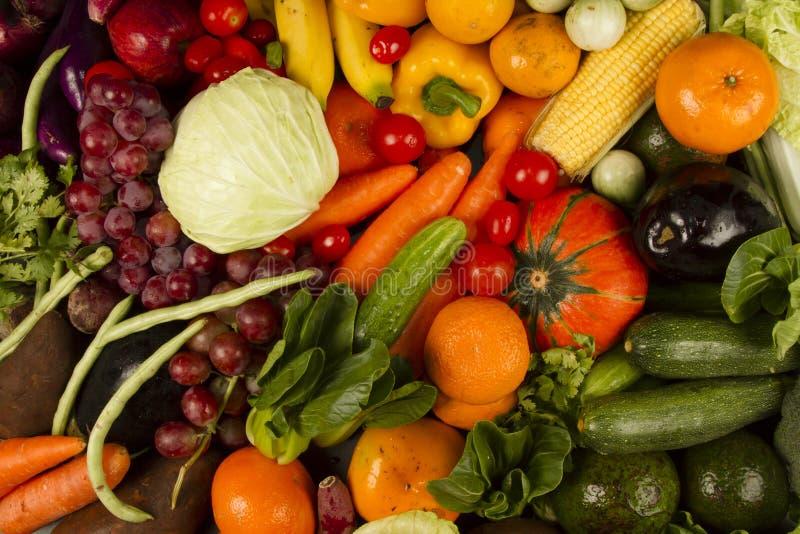 Warzywo i owoc mieszający przy sklepami spożywczymi obraz royalty free