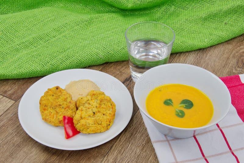 Warzywo plasterki i grochowa polewka na stole brei i marchewki zdjęcia stock