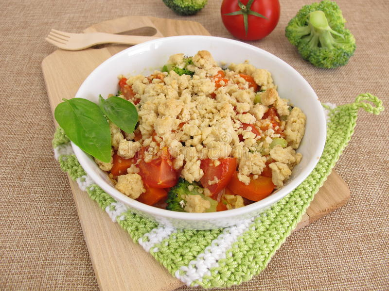 Warzywo rozdrobni z marchewkami, pomidorami i brokułami, zdjęcie royalty free