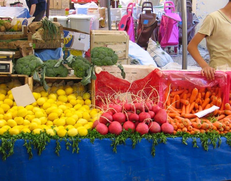 Warzywo rynek Na kontuarze są rzodkwie, marchewki, cytryny, brokuły obraz royalty free