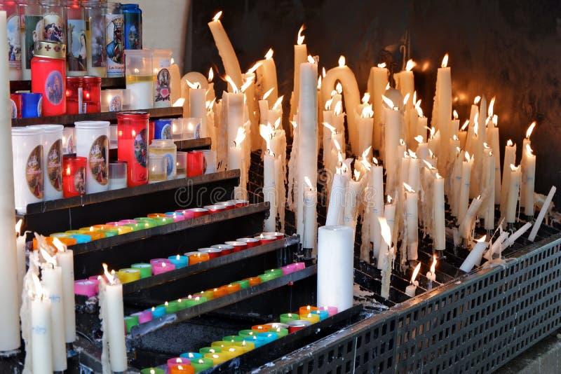 Was en paraffinekaarsen met patronenbrandwond en smelting in de wind stock foto