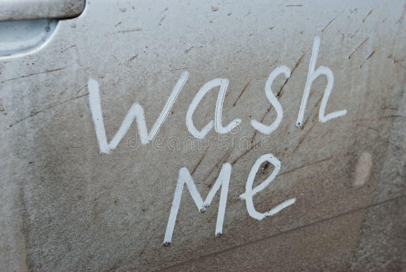 Was me geschreven op een vuile auto stock foto
