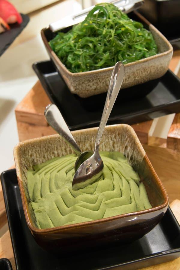 Wasabipaste auf keramischem bowle stockbild