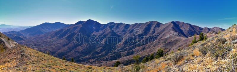 Wasatch Front Rocky Mountain Landschaften aus Oquirrh Reichweite mit Blick auf den Utah See im Herbst Panoramasicht auf Provo, Ti stockfoto