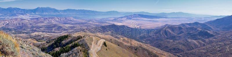 Wasatch Front Rocky Mountain Landschaften aus Oquirrh Reichweite mit Blick auf den Utah See im Herbst Panoramasicht auf Provo, Ti stockfotografie
