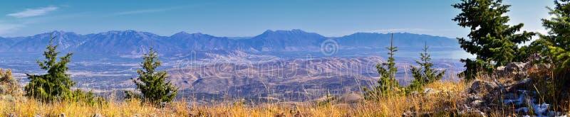 Wasatch Front Rocky Mountain Landschaften aus Oquirrh Reichweite mit Blick auf den Utah See im Herbst Panoramasicht auf Provo, Ti stockbilder